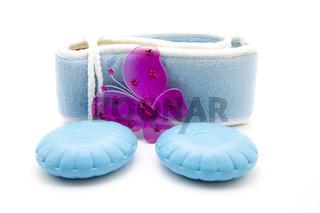 Blaue Seife auf Massagetuch