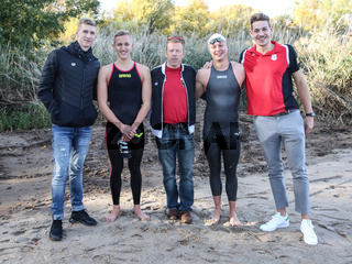 DSV Schwimm-Bundestrainer Bernd Berkhahn  (Mitte) mit Schwimmern der Trainingsgruppe SC Magdeburg Florian Wellbrock, Linus Schwedler, Rob Muffels, Marius Zobel