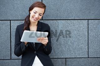 Businessfrau arbeitet an Tablet Computer