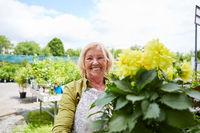 Gärtnerin im Gartencenter beim Blumen Verkauf
