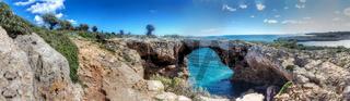 Natürliche Felsenbrücke über Meeresbucht