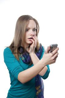 Frau guckt geschockt auf Handy