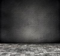 Raum mit schwarzer Ziegelwand, schmutziger Fliesen