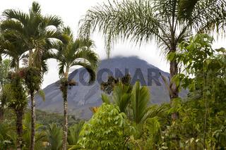 tropische Vegetation und der Vulkan Arenal beim Ort La Fortuna