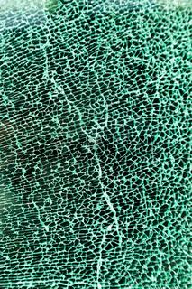 Zersplittertes Glas einer Scheibe im Auto