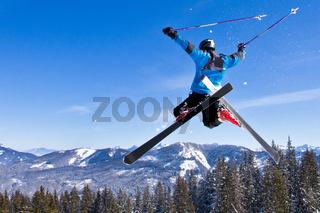 Skifahrer im Sprung