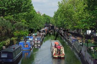Ausflugsboot auf dem Regents Canal bei Little Venice in London