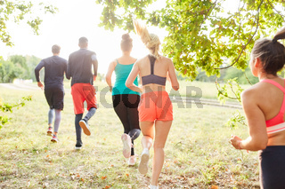 Gruppe Freunde macht einen Crosslauf in der Natur