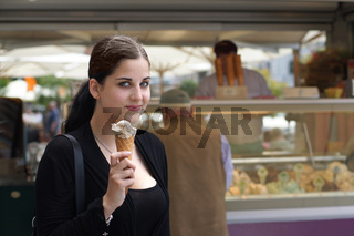 junge Frau kauft Eis