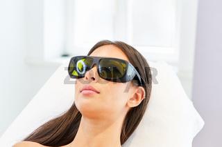 Patientin mit Schutzbrille für die Lasertherapie