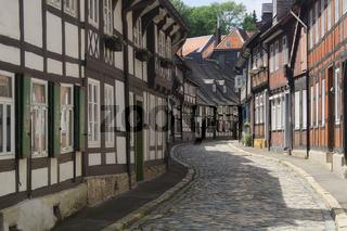 Goslar - Altstadtgasse mit zahlreichen Fachwerkhäusern, Deutschland