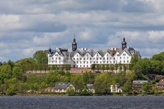 Plöner See mit dem Plöner Schloss in Plön