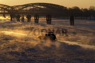 Hamburger Hafen Eisbrecher im Winter