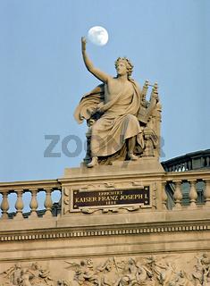 Mond über Statue des Apollo, Wiener Burgtheater