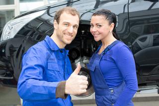 Zwei Kfz Mechaniker zeigen Daumen hoch