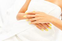 Künstliche gelbe Fingernägel nach der Maniküre
