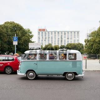 Stadtrundfahrt in einem alten VW Bulli durch die Innenstadt von Berlin