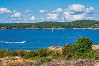 Landschaft mit Booten auf der Insel Merdø in Norwegen
