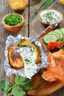 Heiße Backkartoffel mit Kräuterquark und Lachs