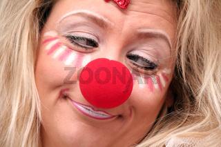 blonde Frau schminkt und verkleidet sich fütr Karneval