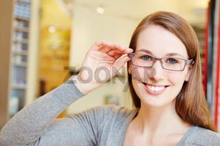 Attraktive Frau mit neuer Brille