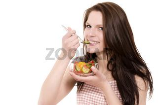 junge glückliche frau isst salat