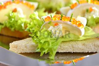 Toasthäppchen mit Käse und Kaviar