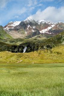 Schöner Blick über ein Feuchtbiotop Richtung Botzer Berggipfel, Timmelsjoch, Tirol, Italien