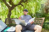 Freelancer in einer Videokonferenz im grünen Garten