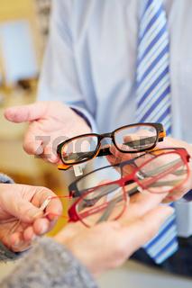 Verschiedene Brillen beim Optiker