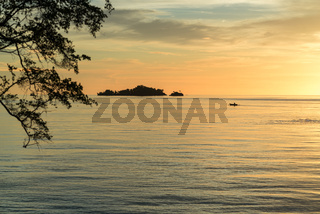 Auslegerkanu bei Sonnenuntergang vor der Togian Insel Batudaka in Sulawesi