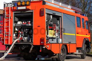 Feuerwehr Einsatzfahrzeug mit Schlau vor der Wache