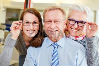 Familie kauft Brillen beim Optiker