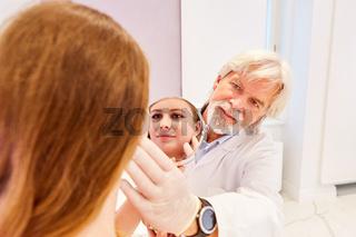 Arzt als Hautarzt und Patientin in einer Beratung