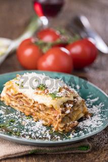 Lasagne auf einem grünen Teller