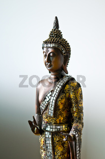Buddha Statue in goldenem Gewand