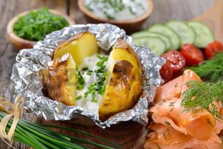 Heiße Ofenkartoffel mit Räuchlachs
