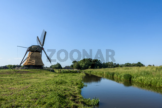 Wedelfelder Mühle, Windmühle in ländlicher Umgebung, Ostfriesland, Deutschland