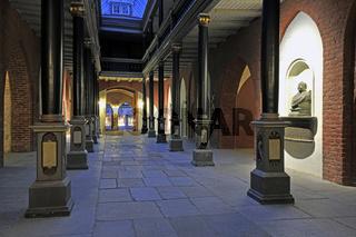 Saeulengang im Rathaus Stralsund am Abend, Altstadt, Unesco Welt