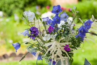 Gartenblumen in Gießkanne