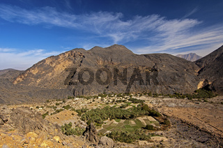 Die Oase Haat am Fuss kahler Berge des Al Hadschar Gebirges