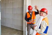Glückliche Architektin begrüßt Vorarbeiter mit High Five