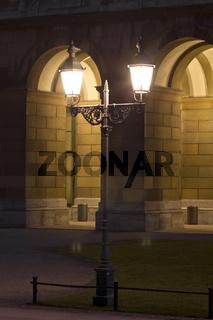Straßenlampe vor historischem Gewölbe
