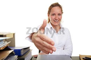 Frau im Büro reicht Hand zur Begrüßung