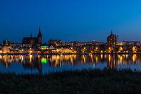 Blick über die Warnow auf die Hansestadt Rostock bei Nacht