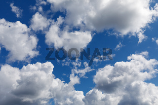 Blauer Himmel mit Wolken
