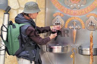 Spanien: Pilgerin an der Weinquelle von Irache