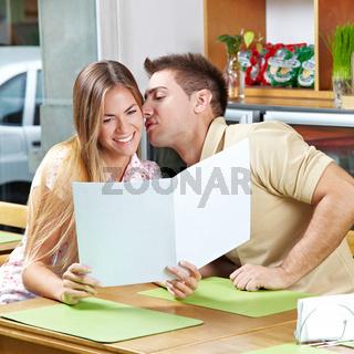 Junges Paar mit Speisekarte im Café