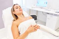 Patientin in Schönheitsklinik wartet auf Behandlung