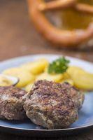 bayerische Fleischpflanzerl mit Kartoffelsalat